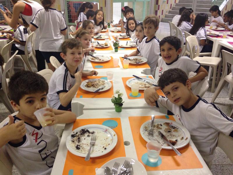 Hora da refeição no Liceu Plural
