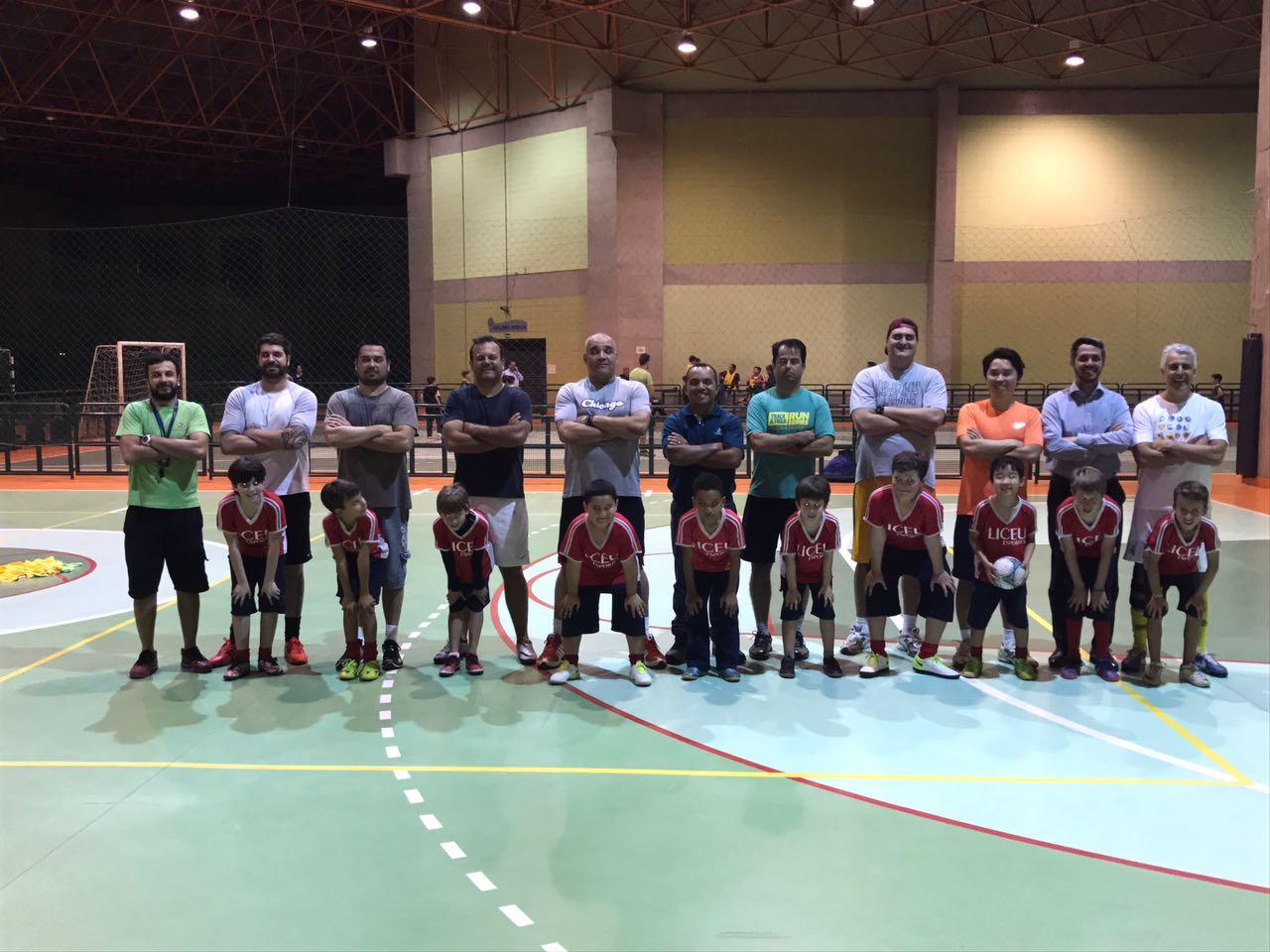 Pais e alunos juntos na aula de futsal