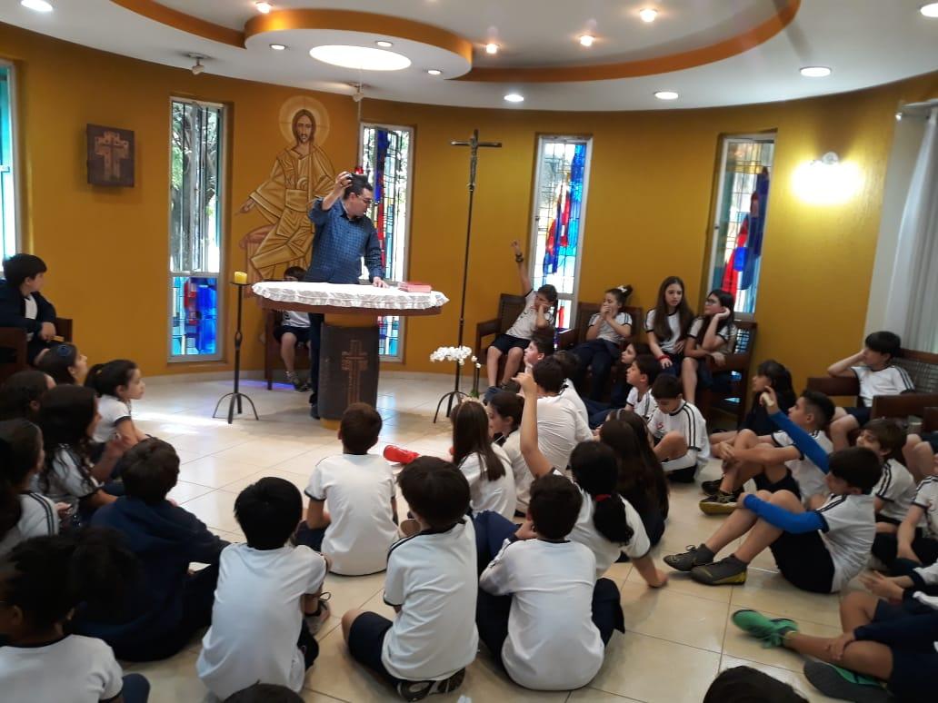 Visita à capela da residência! Acolhida com oração e carinho aos alunos